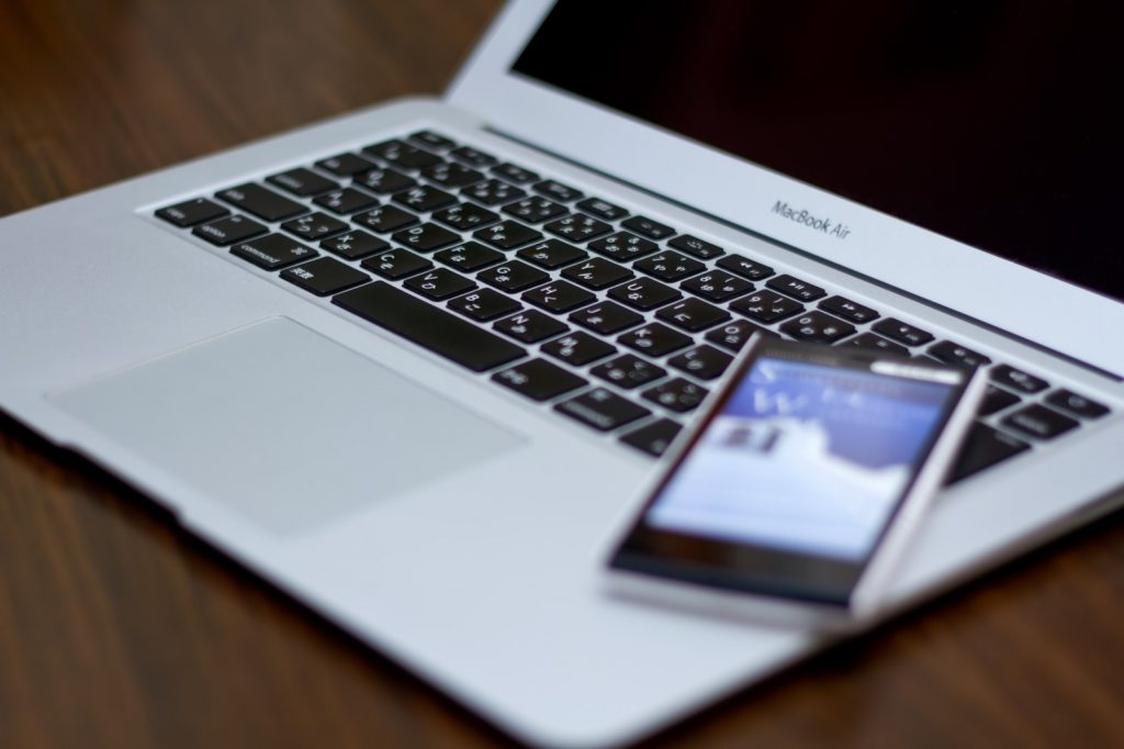 パソコンとスマートフォン イメージ写真2